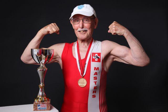 ¡Hombre de 95 años rompe récord de atletismo!