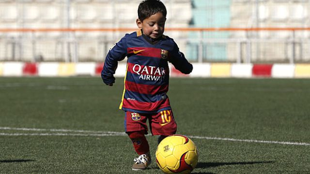 607af83da1fe3 Niño de la camiseta de bolsa recibe uniforme de Barcelona ...