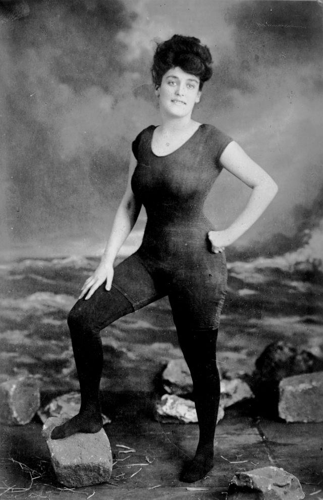 La multaron hace cien años por el bikini que usó en la playa