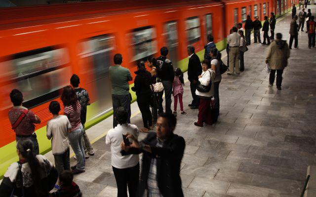 Conductora del metro deja encendido el micrófono y por accidente revela intimidades (Video)