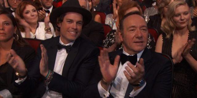 Conoce al guapo acompañante de Kevin Spacey en los Emmys