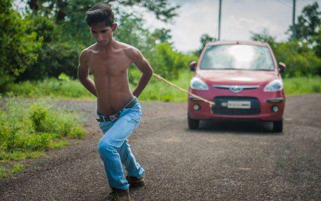 Adolescente puede hacer cosas sobrenaturales con la espalda (VIDEO)