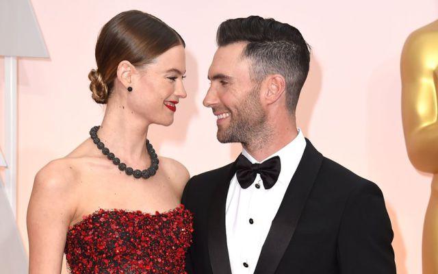 Adam Levine y Behati Prinsloo en la gala de los premios Oscar