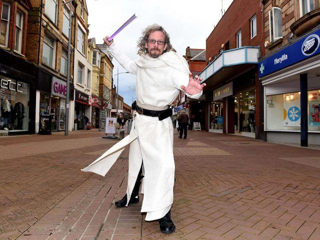 El hombre que dedica su vida a ser un Jedi