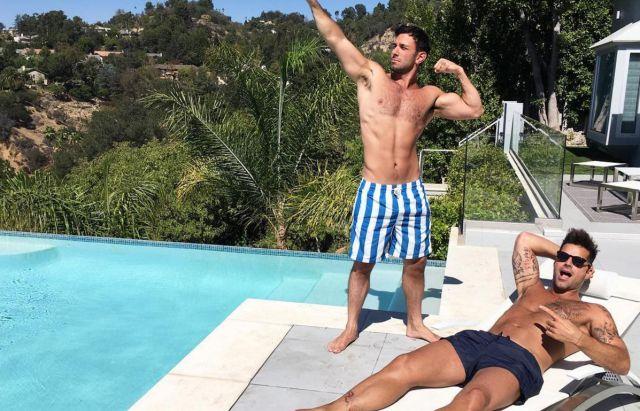 Ricky Martin y Jwan Yosef disfrutando una tarde soleada