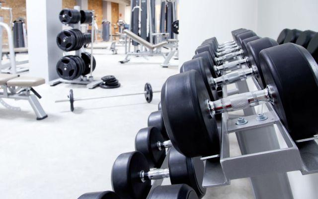 Crean un gimnasio con mucamas que ayudan a levantar pesas