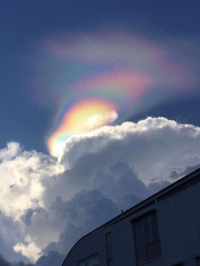 """Un singular """"arcoiris de fuego"""" colorea el cielo de Singapur"""