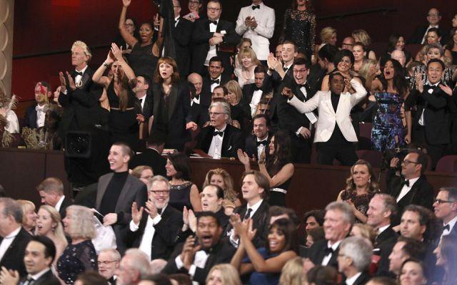 Las sorprendidas caras de las celebs al notar el error en la premiación