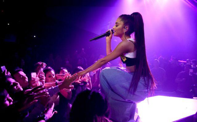 Ariana Grande se lleva un susto en concierto por un fan