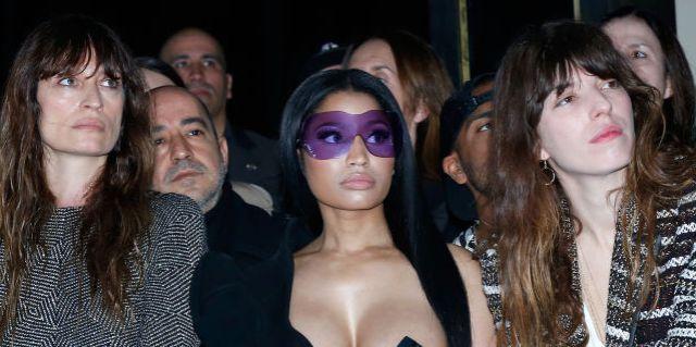 Nicki Minaj deja una boob al aire libre