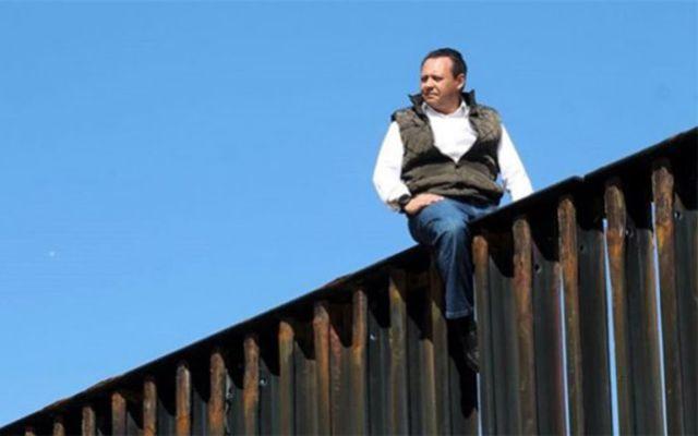 Diputado mexicano escaló el muro de la frontera