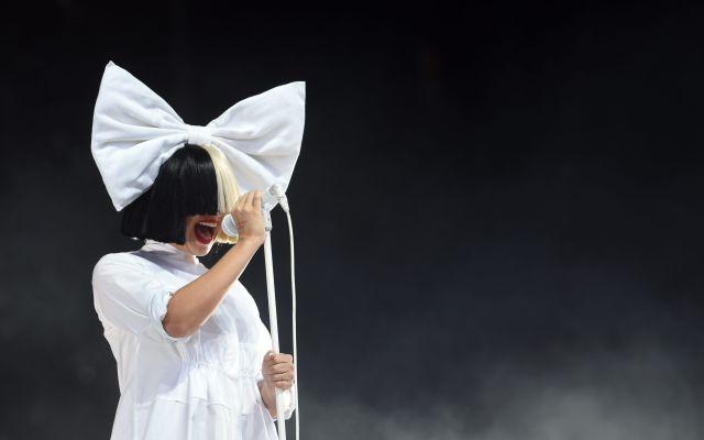Sia se deja ver sin su peluca en aeropuerto