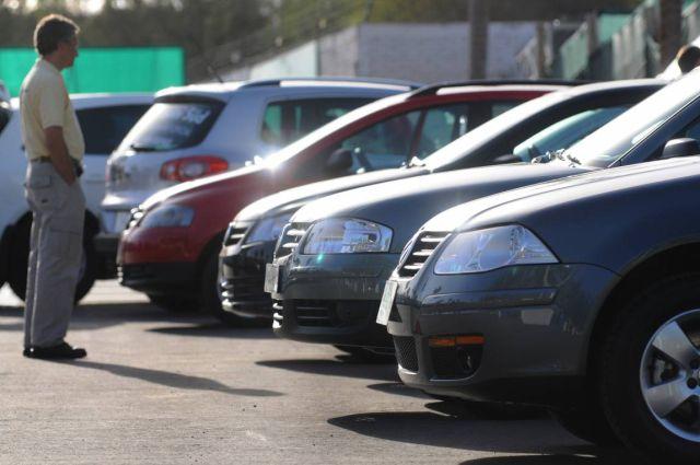 Un viejito estacionó su auto y tardó tres años en encontrarlo