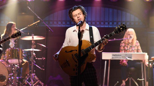 Harry Styles estrena nuevo sencillo en Saturday Night Live
