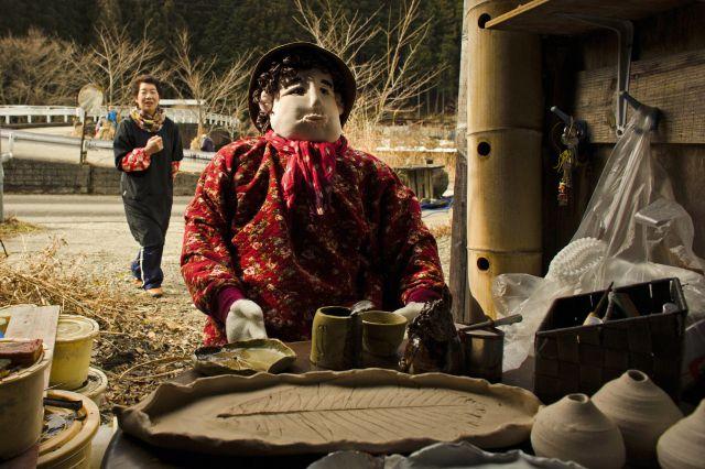 Existe un pueblo en Japón habitado casi totalmente por muñecos