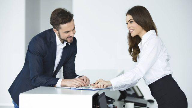 Coquetear en la oficina es bueno para tu relación