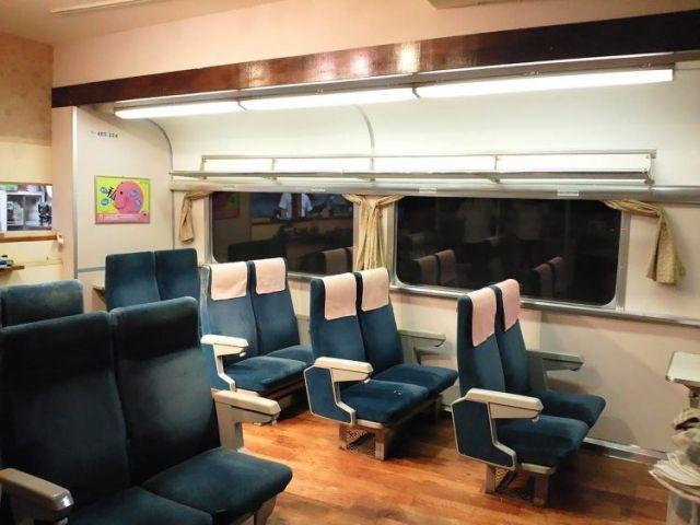 Un hombre convirtió una habitación de su casa en un vagón de tren