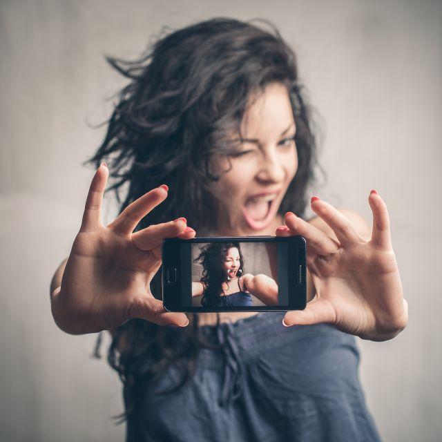 Las selfies te hacen creer que eres más atractivo de lo que realmente eres