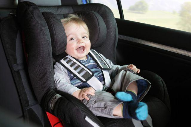 Bebé feliz por quedar atrapado en el coche