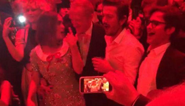 Mexicanos cantan con mariachi en Cannes