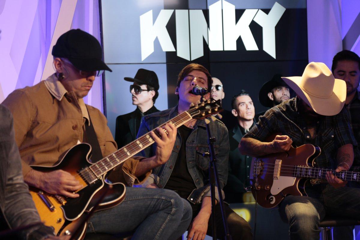 Kinky convive con sus fans.