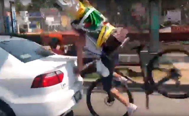 Ciclista con San Juditas se accidenta terriblemente