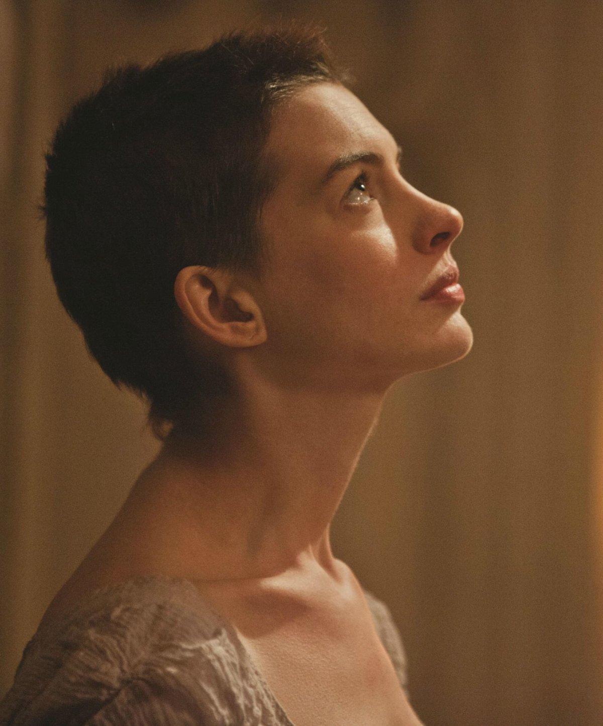 Anne Hathaway sin cabello
