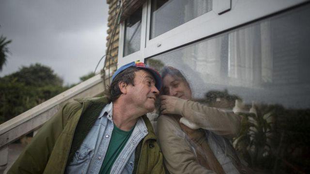 Es obligada a vivir en una caja de vidrio por enfermedad