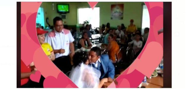 Se casan en una rosticería