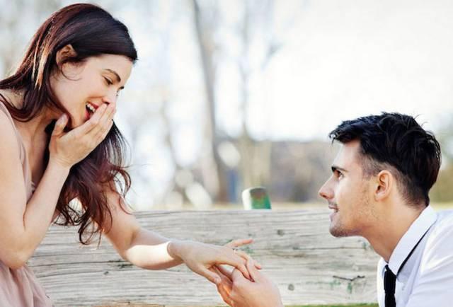 Le pide matrimonio y le pone el anillo a su prima