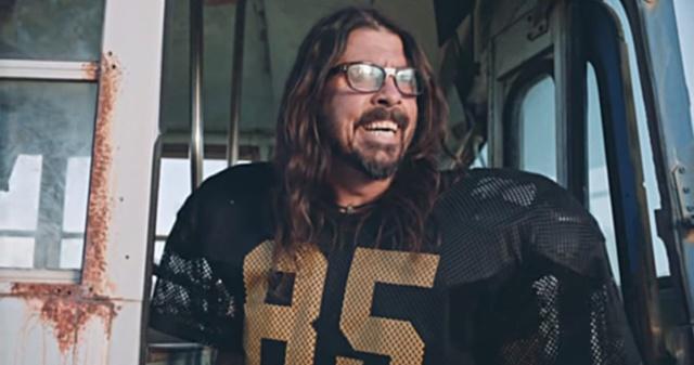 Foo Fighters se vuelven porristas para la NFL