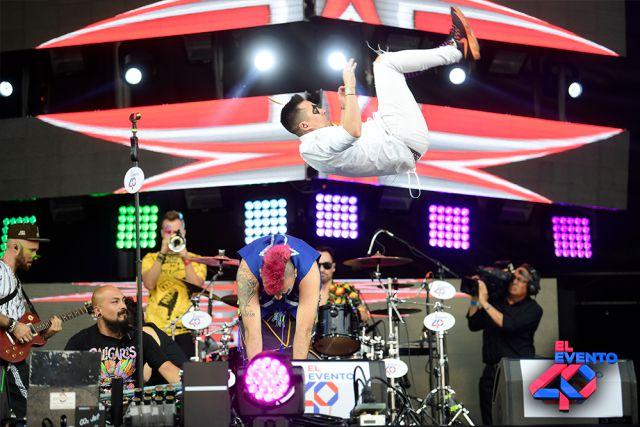 El Evento 40 2019 ¡Así se vivió el 3 de abril en el Foro Sol, Los Caligaris disfrutan de sus éxitos mientras hacen actos circenses en la cama elástica.
