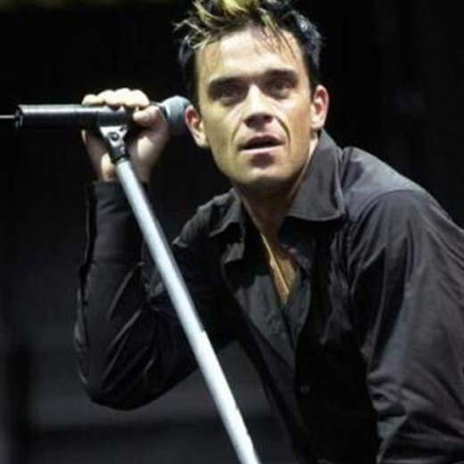 Robbie Williams lustra sus zapatos en video