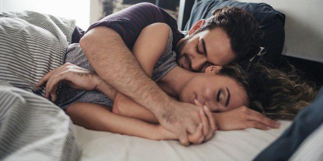 posturas en la cama con tu pareja
