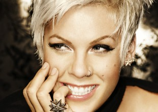 Pink presume embarazo topless