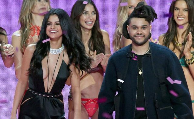 Selena Gomez y The Weeknd besándose