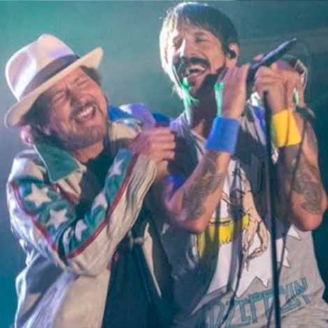 Red Hot Chilli Peppers y Eddie Vedder realizan colaboración en concierto a beneficio