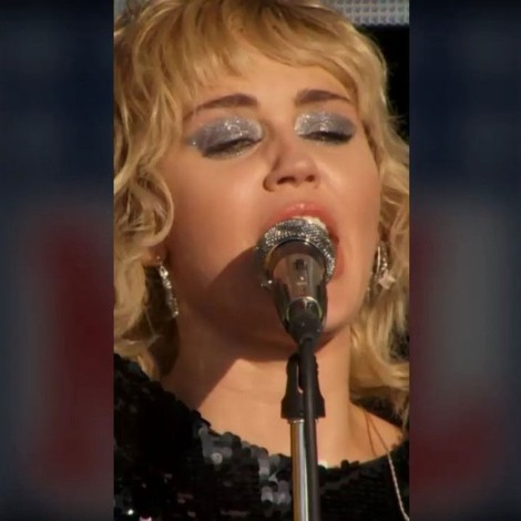 Miley Cyrus llora al cantar Wrecking Ball en show previo al Super Bowl LV