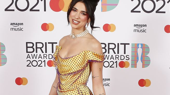Dua Lipa rinde homenaje a Amy Winehouse copiando completamente su look